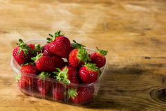 Fresas en un cuenco en una tabla rústica Fotos de archivo libres de regalías