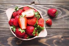 Fresas en un cuenco en una tabla vieja Foto de archivo libre de regalías