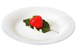 Fresas en un fondo blanco aislado plato Fotos de archivo libres de regalías