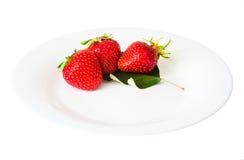 Fresas en un fondo blanco aislado plato Fotografía de archivo