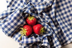 Fresas en un mantel Imágenes de archivo libres de regalías
