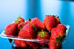 Fresas en un rectángulo plástico de la venta Imagen de archivo libre de regalías