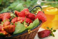 Fresas en un té de madera de la cesta y del limón Imagen de archivo