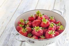 Fresas en un tamiz Fotos de archivo libres de regalías