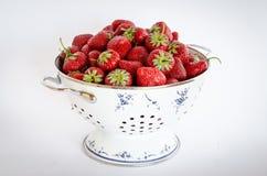 Fresas en un tamiz redondo Fotografía de archivo