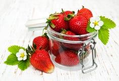 Fresas en un tarro Imagen de archivo libre de regalías