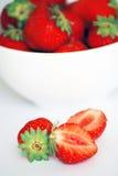 Fresas en un tazón de fuente blanco Foto de archivo libre de regalías