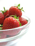 Fresas en un tazón de fuente de cristal Imagen de archivo libre de regalías
