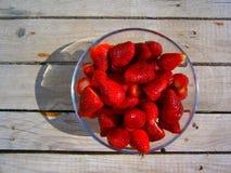 Fresas en un tazón de fuente de cristal Fotos de archivo