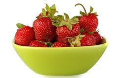 Fresas en un tazón de fuente de ensalada. Foto de archivo