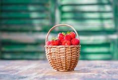 Fresas en una cesta tejida imagenes de archivo