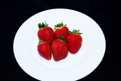 Fresas en una placa Imagen de archivo libre de regalías