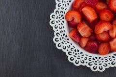 Fresas en una placa blanca imagen de archivo