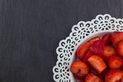 Fresas en una placa blanca fotografía de archivo libre de regalías