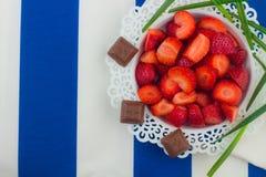 Fresas en una placa blanca fotos de archivo