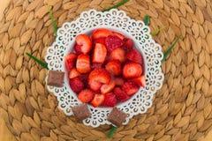 Fresas en una placa blanca imágenes de archivo libres de regalías