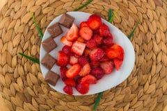 Fresas en una placa blanca foto de archivo libre de regalías