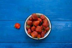 Fresas en una placa en la tabla Foto de archivo libre de regalías