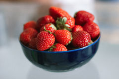 Fresas en una tabla Fotos de archivo
