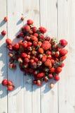 Fresas en una tabla imágenes de archivo libres de regalías