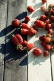 Fresas en una tabla fotografía de archivo libre de regalías