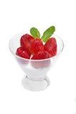 Fresas en una taza con la crema de la leche Imagen de archivo