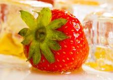 Fresas frías con la miel Fotografía de archivo libre de regalías