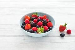 Fresas, frambuesas, zarzamoras y arándanos en un cuenco foto de archivo libre de regalías
