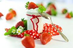 Fresas frescas con el yogur sano Imagen de archivo
