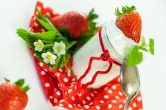 Fresas frescas con el yogur sano Imágenes de archivo libres de regalías