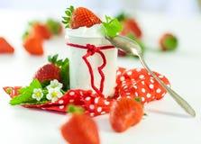 Fresas frescas con el yogur sano Imagen de archivo libre de regalías