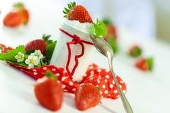 Fresas frescas con el yogur sano Fotos de archivo libres de regalías