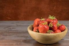 Fresas frescas en el cuenco de madera Foto de archivo libre de regalías