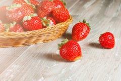 Fresas frescas en el fondo de madera foto de archivo
