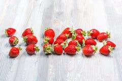Fresas frescas en el fondo de madera foto de archivo libre de regalías