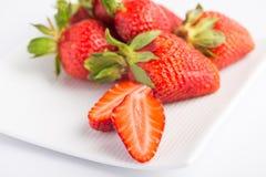 Fresas frescas en placa Imágenes de archivo libres de regalías