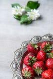Fresas frescas en placa de la forma del corazón Foto de archivo libre de regalías