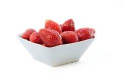 Fresas frescas en tazón de fuente Imagen de archivo