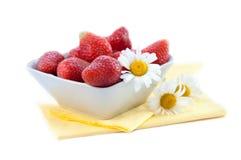 Fresas frescas en tazón de fuente Imágenes de archivo libres de regalías