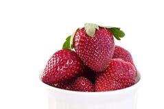Fresas frescas en un tazón de fuente Fotos de archivo