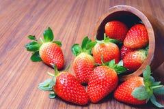 Fresas frescas en un tazón de fuente Fotos de archivo libres de regalías