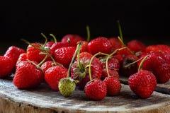 Fresas frescas en un tocón de madera Foto de archivo