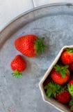 Fresas frescas en una bandeja Imagen de archivo libre de regalías