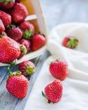 Fresas frescas en una caja, comida cruda, bayas del verano, selectivas Foto de archivo libre de regalías