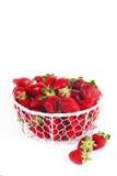 Fresas frescas en una cesta en un fondo blanco Imagen de archivo libre de regalías