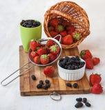 Fresas frescas en una tabla de cocina Fotos de archivo libres de regalías
