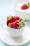 Fresas frescas en una taza rústica Fotografía de archivo libre de regalías