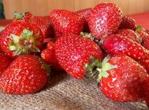 Fresas frescas en una tela Fotos de archivo libres de regalías