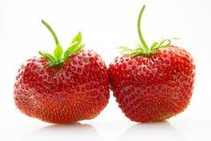 Fresas frescas, maduras, jugosas y apetitosas con las hojas verdes Imágenes de archivo libres de regalías
