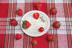 Fresas frescas rojas en la placa blanca de cerámica en el mantel del control Comida sabrosa sana orgánica del desayuno Tarjeta de Foto de archivo